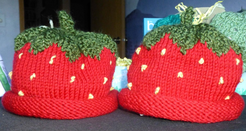 Twin Strawberry Hats med